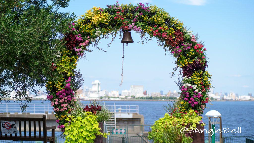 名古屋港ブルーボネット フラワーアーチと鐘