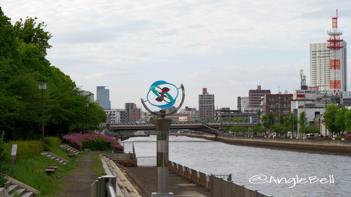 熱田記念橋から見る遊歩道 桜の木とツツジ