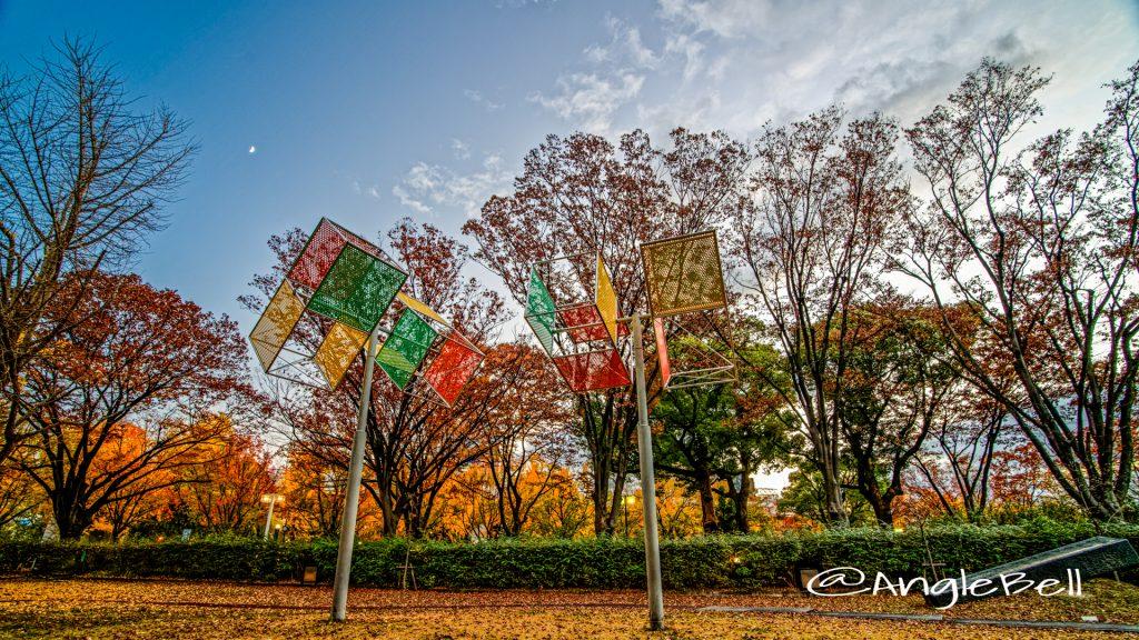 白川公園の黄葉と モニュメント 傾くかたち ― 四角柱と「風のまつり」