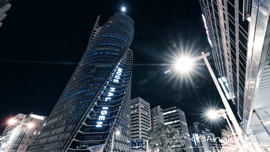 夜景 名鉄百貨店前から見る 名駅通の名古屋モード学園スパイラルタワーズ