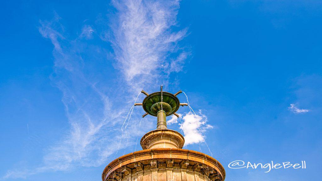 鶴舞公園 噴水塔 月と飛行機雲 と空 May 2020