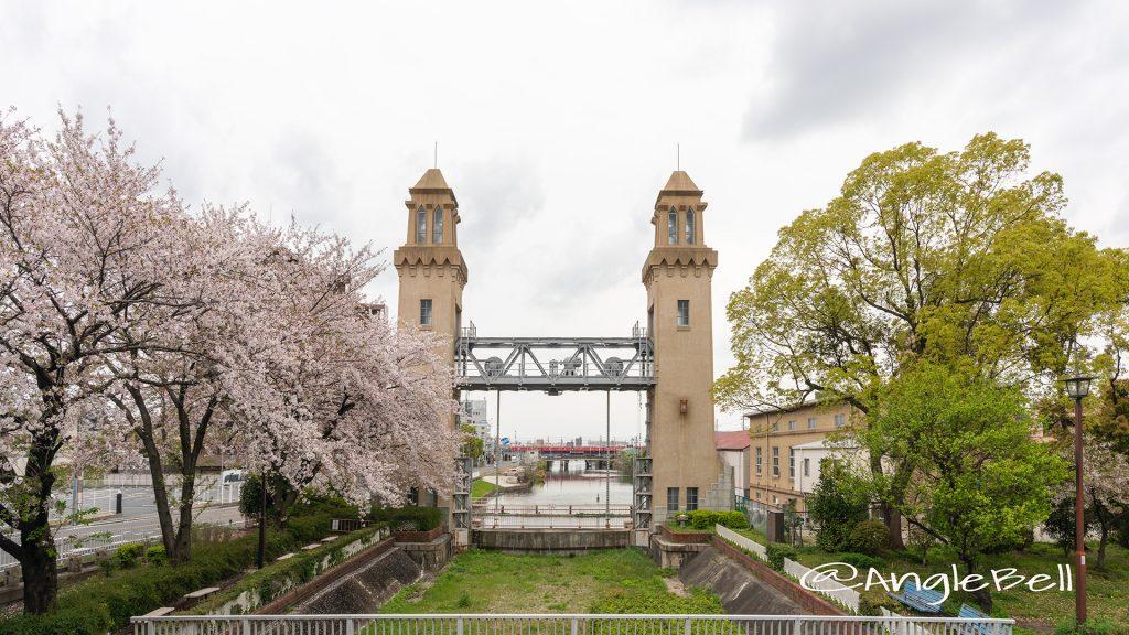 南北橋から見る松重閘門と桜 2019